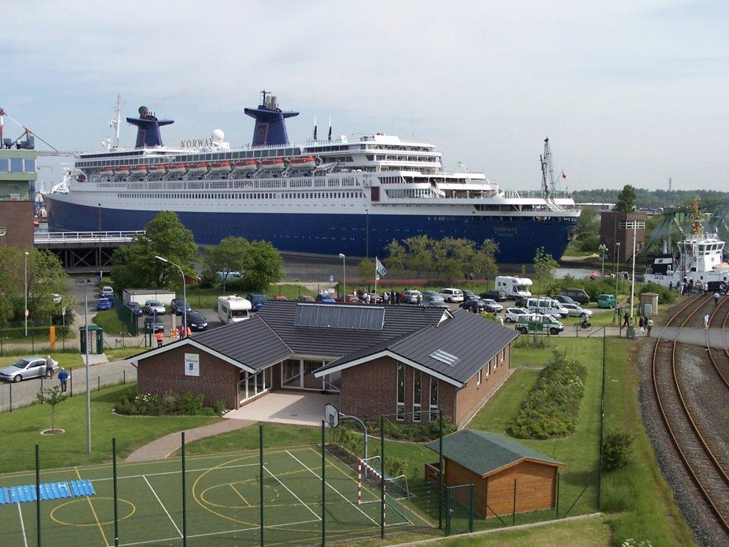 REPORTAGE-25 MAI 2005-DERNIER DÉPART DU SS NORWAY BREMERHAVEN..032