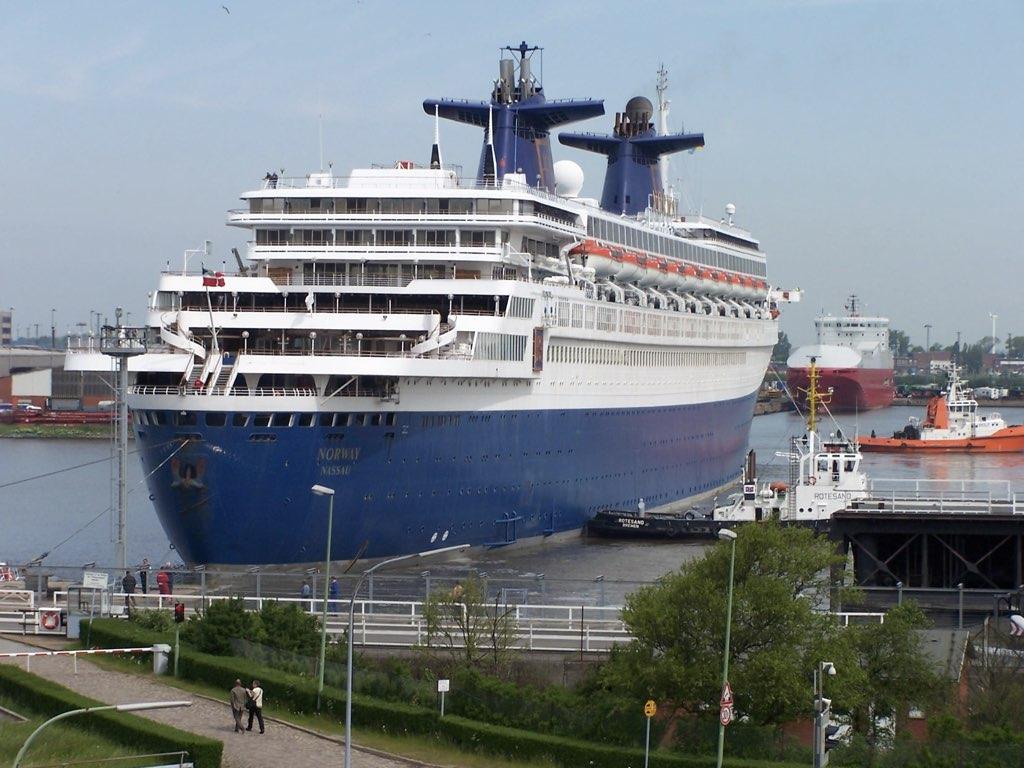 REPORTAGE-25 MAI 2005-DERNIER DÉPART DU SS NORWAY BREMERHAVEN..033